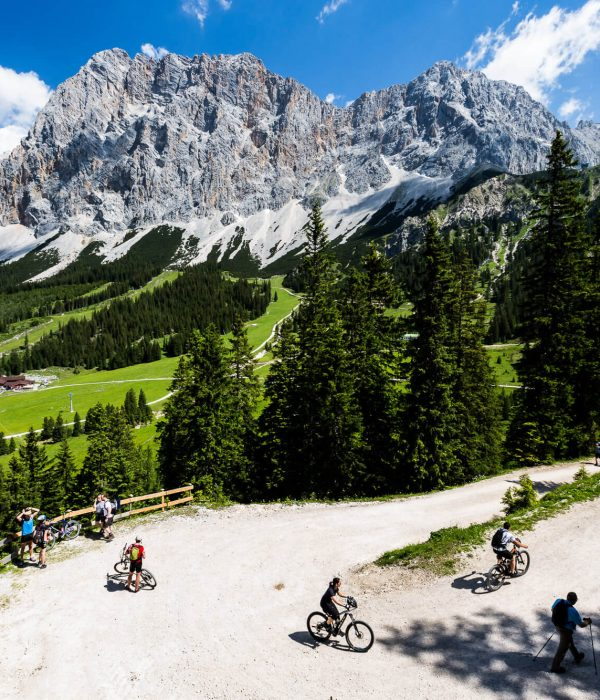 Austrian-Alpine-Chalets-Alpen-Chalets-Biberwier-omgeving-FroZenLights_Weg-Seebensee